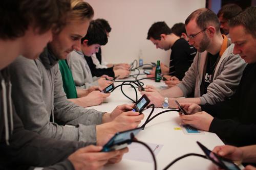 Im Berliner Spreespeicher spielen Leute auf einer Vorabversion des Nintendo 3DS